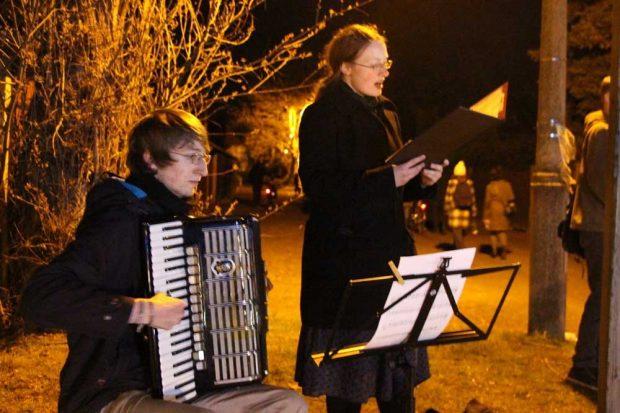 Musik der Gefangenen am Gedenkweg im April 2015. – Im Lager war Musik Überlebenshilfe. Foto: Anja-Christin Winkler