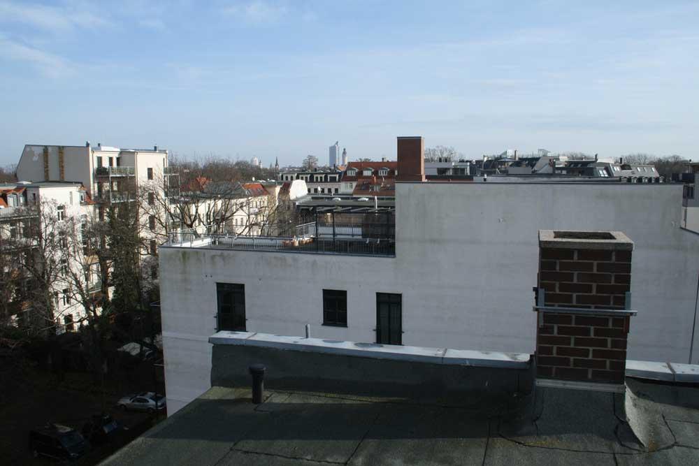 Blick über die Baulücke: Das neue Wohnhaus würde den hier sichtbaren Schornstein deutlich überragen. Foto: Ralf Julke