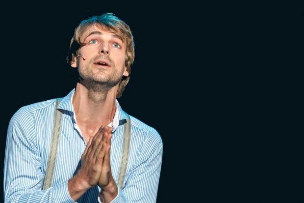"""Friedrich Rau als Valentin Arregui in """"Kuss der Spinnenfrau"""". Foto: Tom Schulze"""