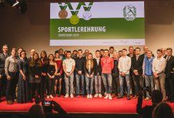 So viel Erfolg und sportliches Engagement auf einem Bild: alle Geehrten und Ehrengäste der Sportlerehrung des SC DHfK Leipzig. Quelle: Florian Pappert
