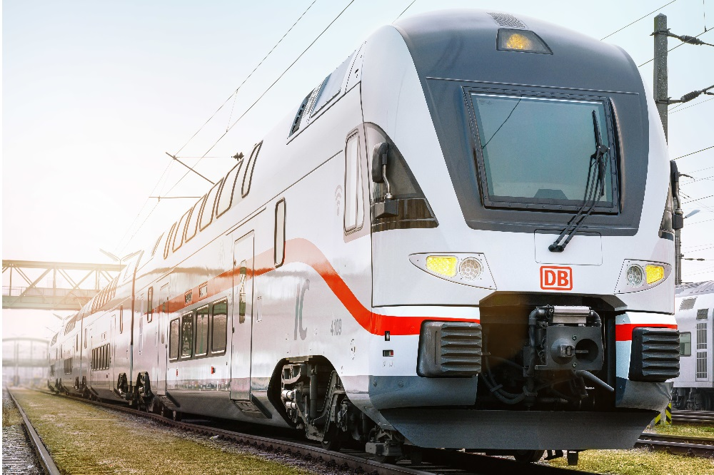 Frisch lackiert im weißen IC-Design präsentierte sich jetzt der erste neue Doppelstockzug der Öffentlichkeit. © DB AG
