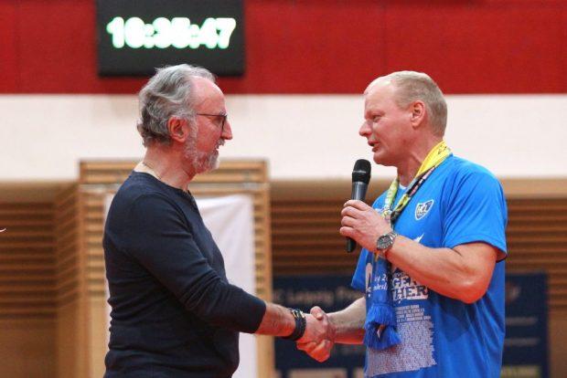 Der neue HCL-Präsident Thomas Conrad (rechts) bedankt sich bei seinem Vorgänger Rainer Hennig. Foto: Jan Kaefer