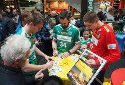 Nationalspieler Franz Semper, Kapitän Alen Milosevic und Torhüter Joel Birlehm beim Autogramme schreiben. Foto: SC DHfK