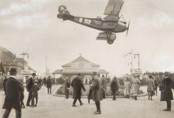 Landendes Postflugzeug auf der Technischen Messe, 1922. Foto: Sächsisches Staatsarchiv