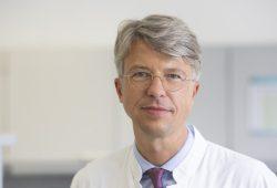 Prof. Uwe Platzbecker leitet den Bereich Hämatologie und Zelltherapie am UKL, der jetzt erneut das anerkannte JACIE-Zertifikat erhalten hat. Foto: Stefan Straube / UKL