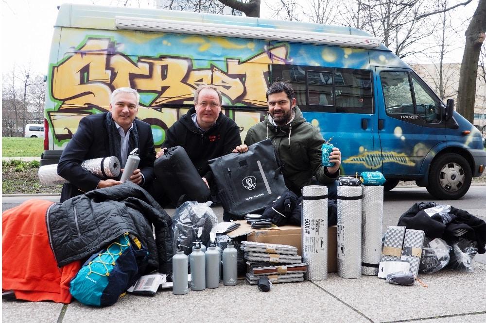 Alexander Malios, Lutz Wiederanders und Karsten Günther bei der Spendenübergabe. Bildquelle: SC DHfK