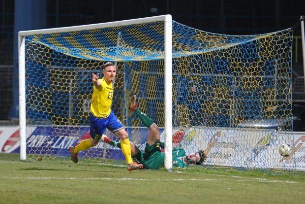 Robert Zickert bejubelt seinen Treffer zum zwischenzeitlichen 2:1 für Lok. Foto: Jan Kaefer