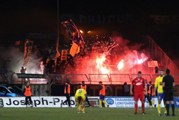 Pyro und Feuerwerk in der Lok-Fankurve. Foto: Jan Kaefer