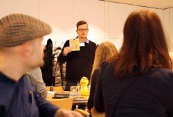 Jens Korch stellt die jüngsten Badewannenbücher aus der Edition Wannenbuch vor. Foto: Ralf Julke