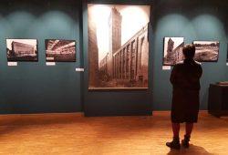 """In der Ausstellung """"Neues aus Beton und Stahl"""". Foto: Julia Liebetraut / Stddtgeschichtliches Museum Leipzig"""