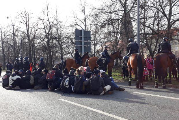 Eine von mehreren Sitzblockaden. Foto: René Loch