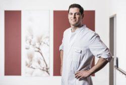Georg Salloum ist Oberarzt der Klinik für Wirbelsäulenchirurgie am Helios Park-Klinikum Leipzig und weiß, wie gefährlich ungebremste Stürze auf die Wirbelsäule und den Hinterkopf sein können. Foto: Christian Hüller