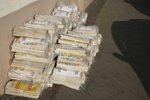 """Ein Stapel """"Sachsen Sonntag"""" wartet aufs Verteiltwerden. Foto: Ralf Julke"""