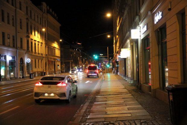 In einer weitgehend leeren Stadt mit Streiffahrten beschäftigt. Die Polizei im Fokus der Öffentlichkeit aufgrund der Kontaktverbote und am Mittwoch mit einer Großaktion am Cossi Foto: L-IZ.de