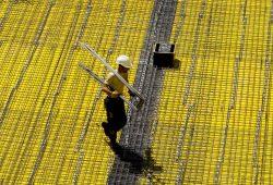 Bauleute (im Bild: Eisenflechter) kommen mit der Arbeit kaum hinterher. Der Boom der Branche führt zu vollen Auftragsbüchern und Rekordumsätzen. Davon sollen jetzt auch die Beschäftigten profitieren, fordert die IG BAU. Foto: IG BAU