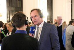 Burkhard Jung am Wahlabend bei Radio Leipzig - ohne vorherige Umarmung des Journalisten. Foto: L-IZ.de