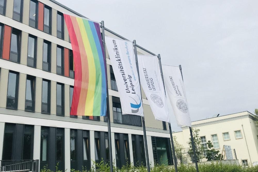 Die Regenbogenfahne weht am UKL in der Liebigstraße. Foto: Verena Kämpgen / UKL