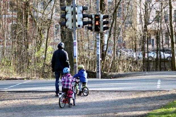 """Die """"Kernfamilie"""" (hier zu dritt) bedeutet: wer wohnt zusammen. Foto: L-IZ.de"""