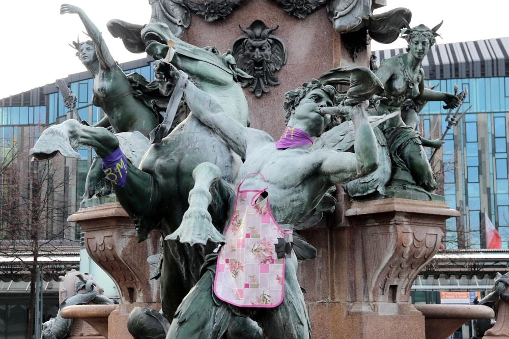 Der Frauentag in Leipzig. Am Mendebrunnen gab es eine Schürze. Foto: L-IZ.de