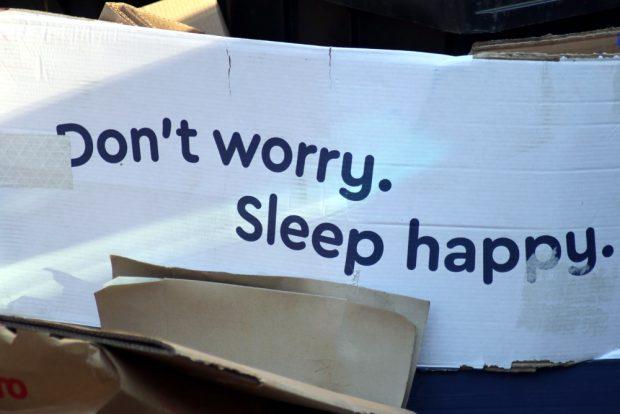 Neue Matratze gekauft? Man weiß es nicht - aber die Kartonreste an der Mülltonne lassen wohlige Nächte vermuten. Foto: L-IZ.de