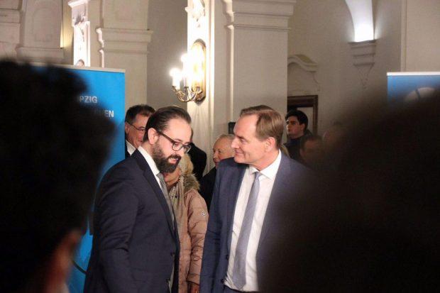 Sebastian Gemkow (CDU) und Burkhard Jung (SPD) nach dem Endergebnis des Wahlabends im kurzen Gespräch. Foto: L-IZ.de