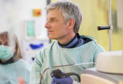 Prof. Dr. Albrecht Hoffmeister steht der Interdisziplinären Zentralen Endoskopie am UKL vor. Foto: Stefan Straube / UKL