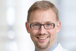 Prof. Michael Fuchs, Leiter der Sektion Phoniatrie und Audiologie am UKL, begrüßt am 11. März Patienten, Angehörige und Therapeuten zum 4. Patiententag für Kehlkopfoperierte. Foto: Stefan Straube / UKL