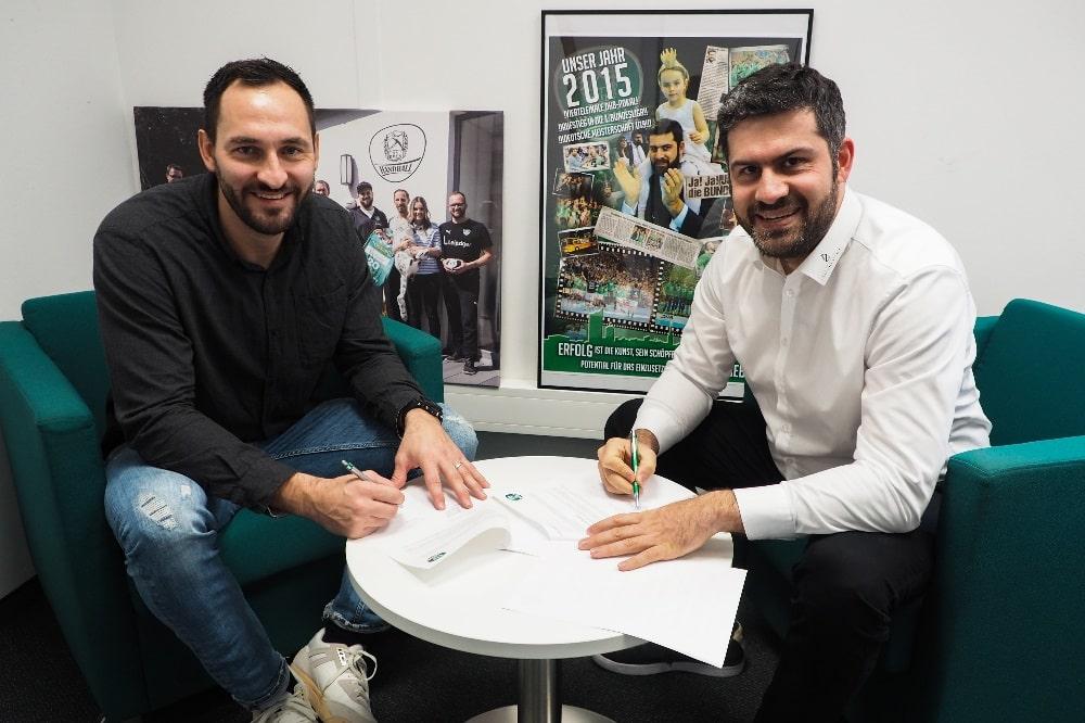 Philipp Müller und Geschäftsführer Karsten Günther bei der Vertragsunterzeichnung. Foto: SC DHfK