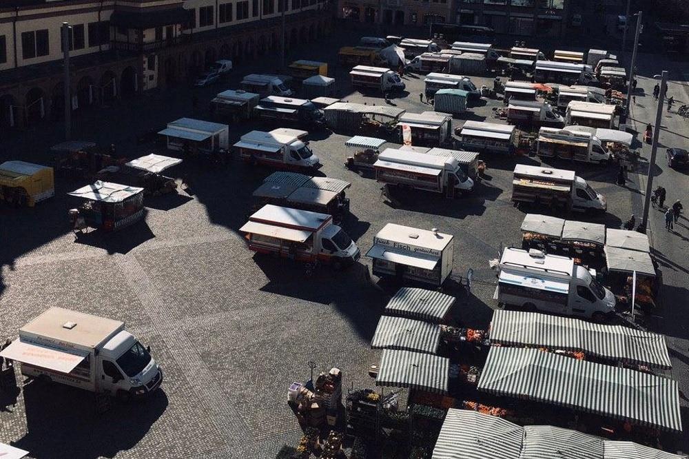 Wurde am Dienstag um 14 Uhr abgebrochen und findet vorerst nicht mehr statt: Der Wochenmarkt in Leipzig auf dem Marktplatz. Foto: Privat
