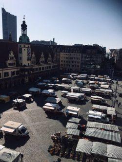 Wurde heute um 14 Uhr abgebrochen und findet vorerst nicht mehr statt: Der Wochenmarkt in Leipzig auf dem Marktplatz. Foto: Privat