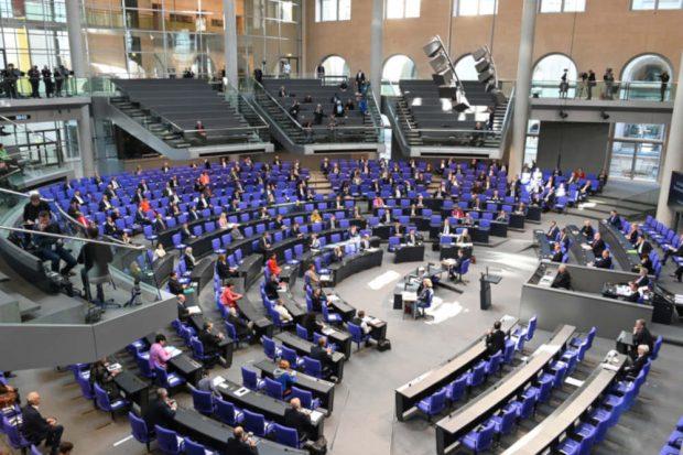Der Bundestag im Corona-Modus: Als Vorsichtsmaßnahme blieben am Mittwoch zwischen den Abgeordenten Sitze leer. Deutscher Bundestag/Achim Melde