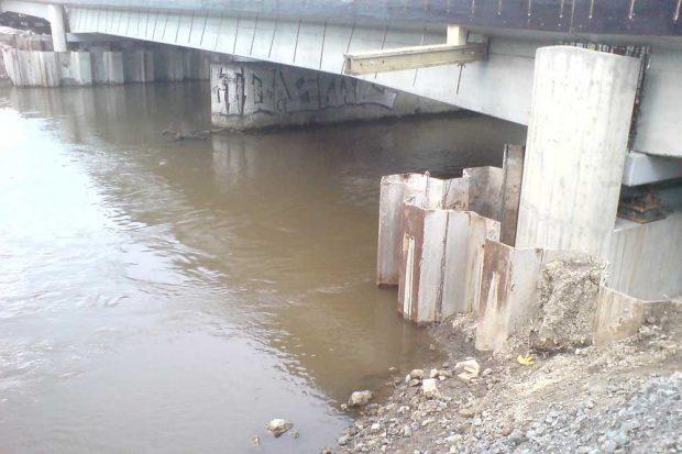 So niedrig ist der Durchlass jetzt unter der Eisenbahnbrücke über die Weiße Elster. Foto: privat