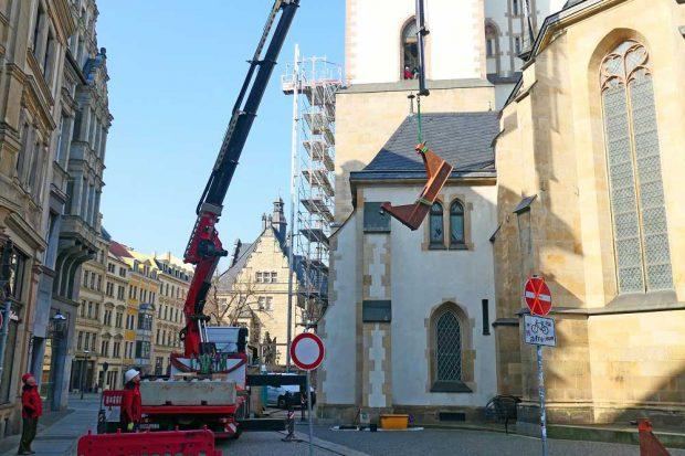 Ein Joch wird zum Turm der Thomaskirche hochgehoben. Foto: Thomaskirche - Bach e.V.