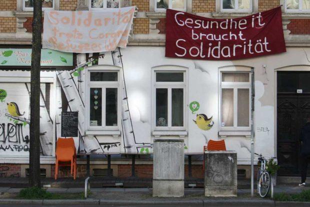 Aufrufe zur Solidarität in der KarLi. Foto: Ralf Julke