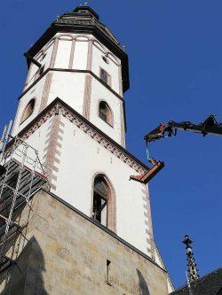 Ein Joch wird zum Turm der Thomaskirche hochgehoben. Foto: Thomaskirche - Bach e. V.
