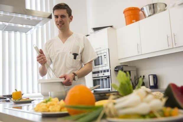Reichlich Obst und Gemüse gehörten zu einer ausgewogenen Ernährung, das reduziere auch das Risiko, an Darmkrebs zu erkranken, erklärt Lars Selig, Leiter des Ernährungsteams am Universitätsklinikum Leipzig (UKL). Foto: Stefan Straube / UKL