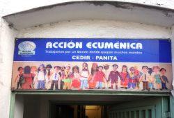 """Eingang zum Gesundheitszentrum in einem Armenviertel in Caracas (Venezuela). Über der Tür steht der Leitspruch: """"Wir arbeiten für eine Welt, in die viele Welten passen"""". © Gustav-Adolf-Werk"""