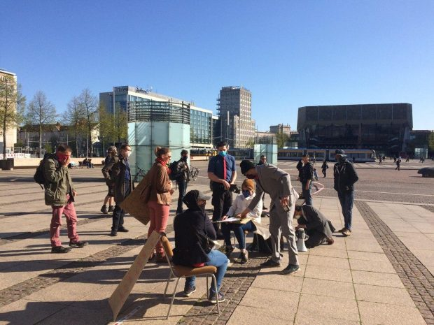 Teilnehmerlisten sind derzeit das Mittel der Ordnungsämter, um auf Demos eventuelle Infektionsketten nachvollziehbar zu machen. Foto: L-IZ.de