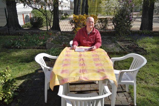 Der Rasen ist gemäht, die Blumen sind gegossen. Nun ist Zeit! Fred Gimpel in seinem Garten. © privat