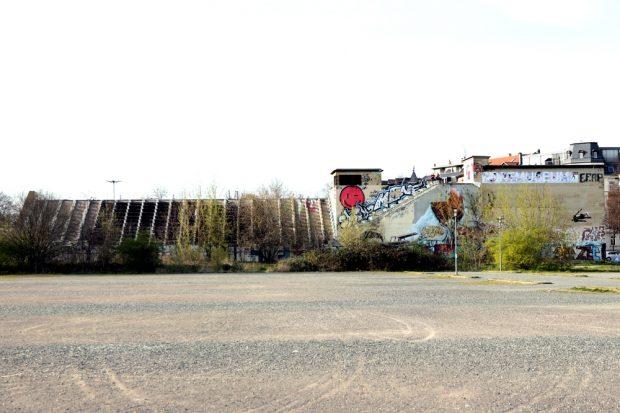 Die alte Schwimmtribüne an der Arena Leipzig. Foto: L-IZ.de