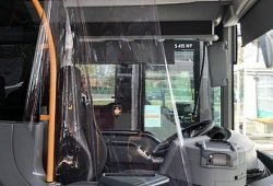 """""""Bitte steigen Sie beim Busfahrer ein"""": Eigens für die Busse der Regionalbus Leipzig GmbH wurde eine Folienvorrichtung entwickelt, die Fahrer und Fahrgäste gleichermaßen schützt. Quelle: Landkreis Leipzig"""