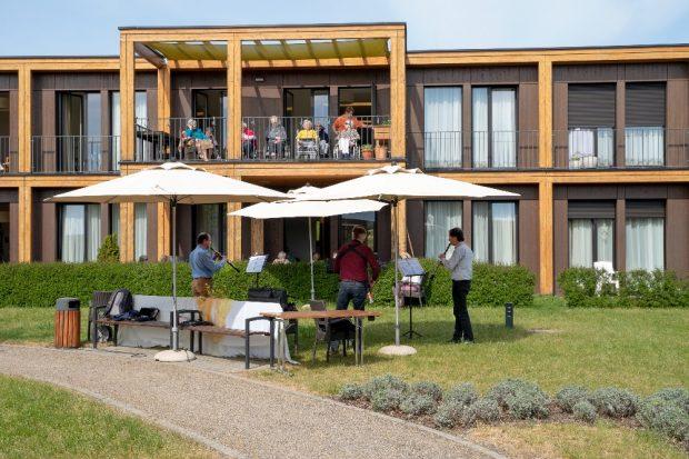 """Gartenkonzert im ASB-Seniorenheim """"Am Sonnenpark"""" in Leipzig-Probstheida mit Musikern des Gewandhausorchesters am 28. April 2020. © ASB Leipzig"""
