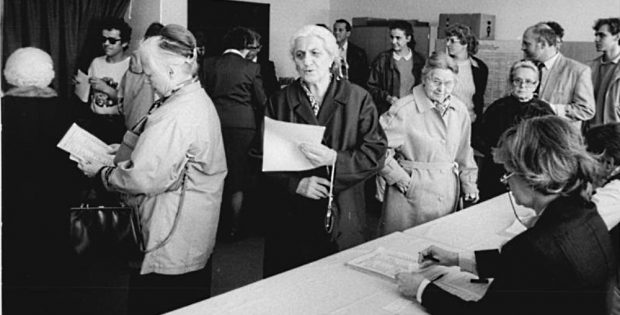 Großer Andrang bei der Volkskammer-Wahl am 18. März 1990, hier in der Gemeinde Lobetal. © Bundesarchiv/Bernd Settnik