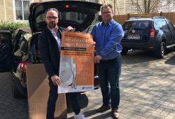 Detlef Knaack (l.), Vorstandsmitglied der DEHOGA Sachsen bei der Übergabe der Plakate an Axel Klein, Hauptgeschäftsführer der DEHOGA Sachsen in Dresden. Foto: DEHOGA Sachsen