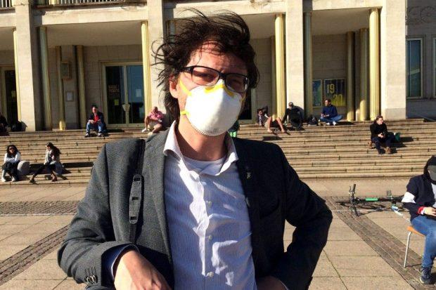 """Tom Rodig mit Anti-Corona-Maske widmet sich heute den Anhängern von """"Apokalypse Deutschland"""". © L-IZ.de"""