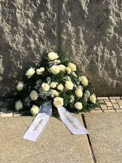 """Das Blumengebinde an der Gedenktafel vor dem Museum in der """"Runden Ecke"""" gab es heute trotzdem. Foto: Gedenkstätte """"Runde Ecke"""""""