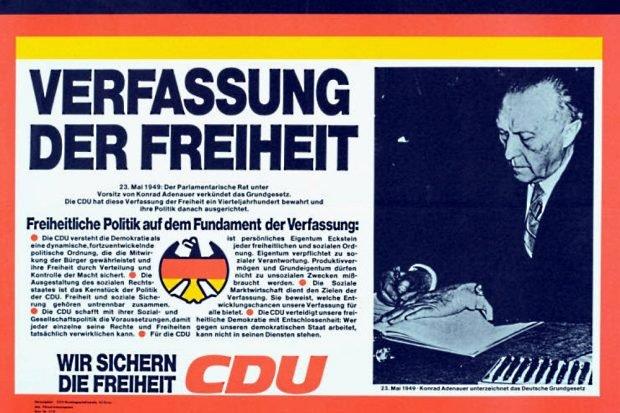 CDU-Plakat mit dem ersten deutschen Bundeskanzler und Vorsitzenden des Parlamentarischen Rates, Konrad Adenauer, 1949 bei der Unterzeichnung des Grundgesetzes. Foto: Wikimedia Commons/Konrad-Adenauer-Stiftung