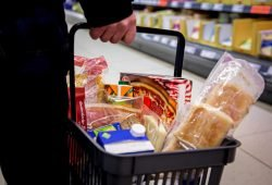 Damit der Einkaufskorb nicht leer bleibt: Beschäftigte in der Ernährungsindustrie und im Lebensmittelhandwerk arbeiten aktuell auf Hochtouren. Foto: NGG