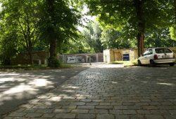 Anstelle des alten Garagenkomplexes entsteht eine neue Kita an der Holbeinstraße. Foto: Ralf Julke