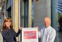 Staatsministerin Katja Meier übergibt Plakat an Kronen Apotheke in Dresden. Foto: SMJusDEG